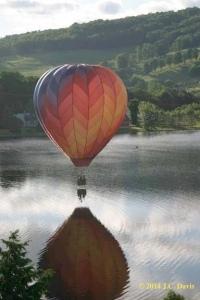 Balloon-kiss-the-river