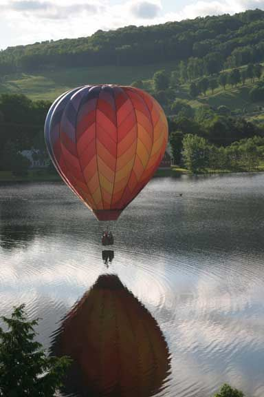 Balloon-kiss-the-river